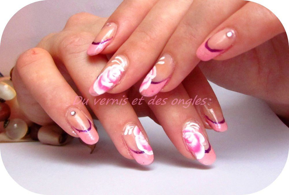 Nail art rose sur french dramatique