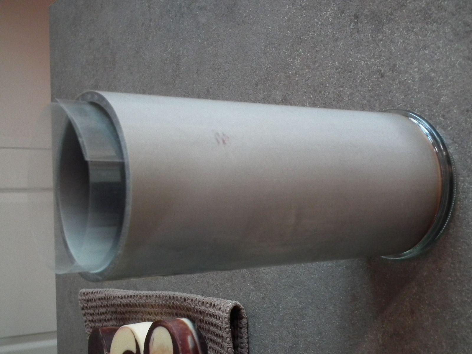 Le voici : un tuyau en pvc d'un diamètre de 8cm découpé à la bonne longueur, un couvercle en verre d'un bocal Le Parfait, la chauffe du tuyau pour qu'il s'emboîte bien avec le couvercle...  puis une feuille transparente de 200 microns d'épaisseur à mettre à l'intérieur avant coulage pour faciliter le démoulage et c'est tout ! Prix de l'opération = 0€ pour nous, que de la récup qu'on avait déjà à la maison....