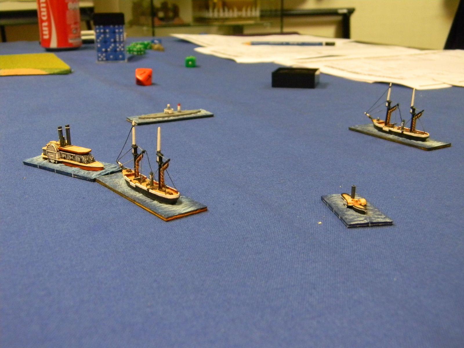 """le microscopique """"Little Rebel"""" (au centre) faisant tourner en bourrique 4 navires fédéraux bien plus puissants que lui, esquivant leurs tirs par sa petite taille et sa vitesse, et finissant par provoquer une collision parmi eux..."""