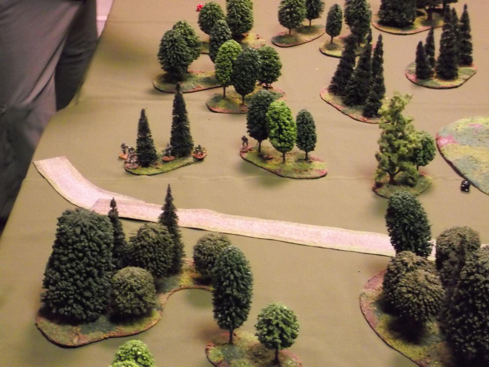 La patrouille allemande se met à l'orée des arbres