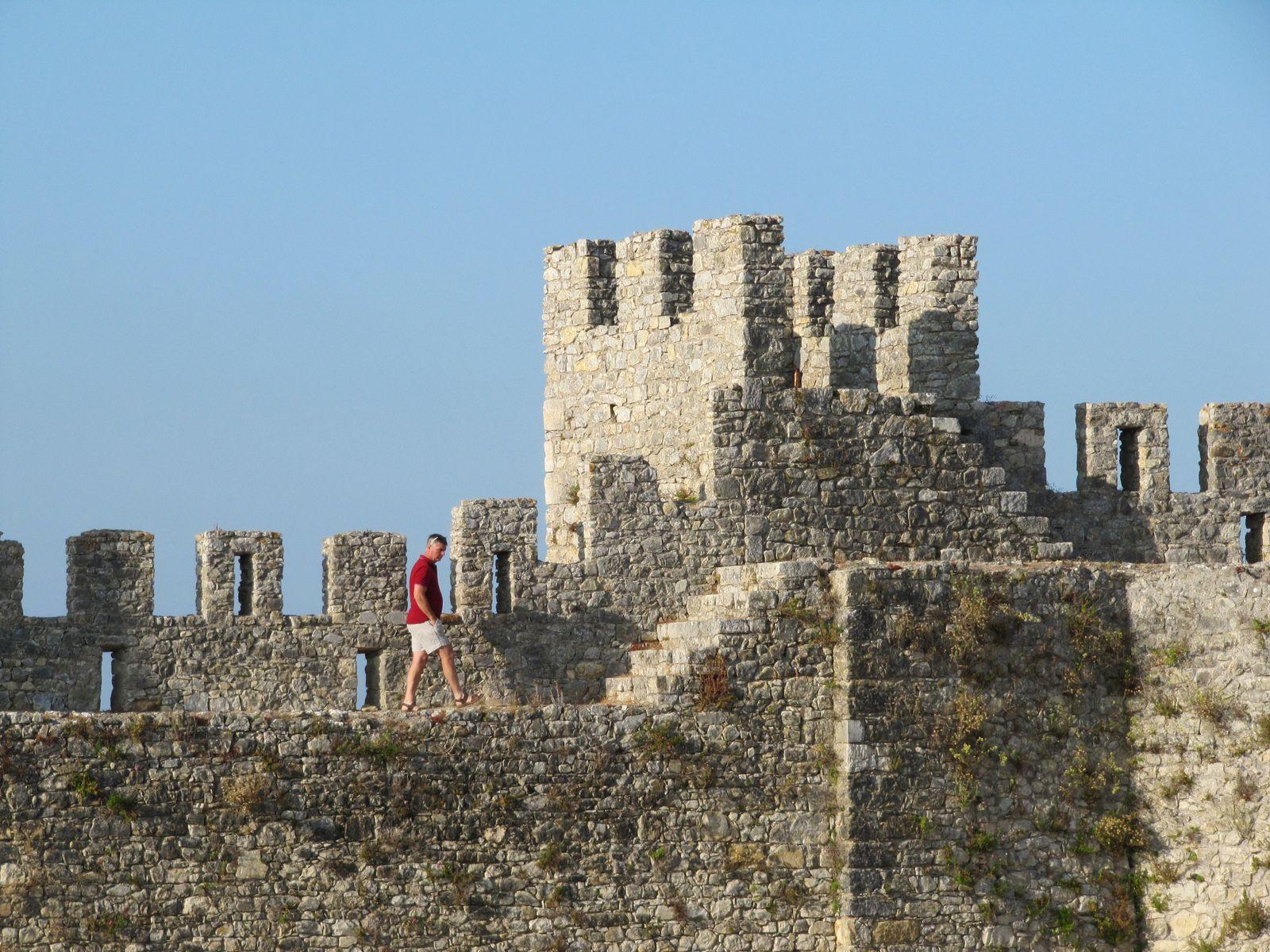 deux photos du chateau de Montémor et une photo de Coimbra