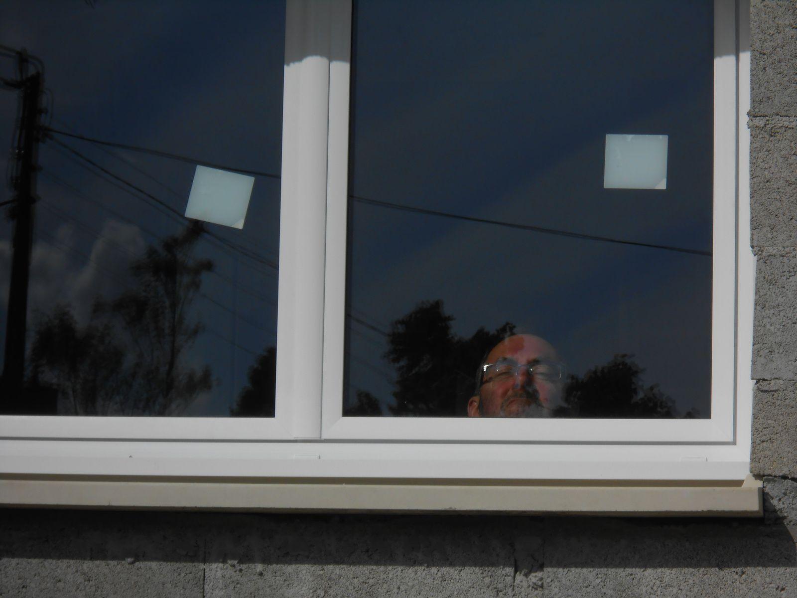 Papa , par la Fenêtre de la cuisine