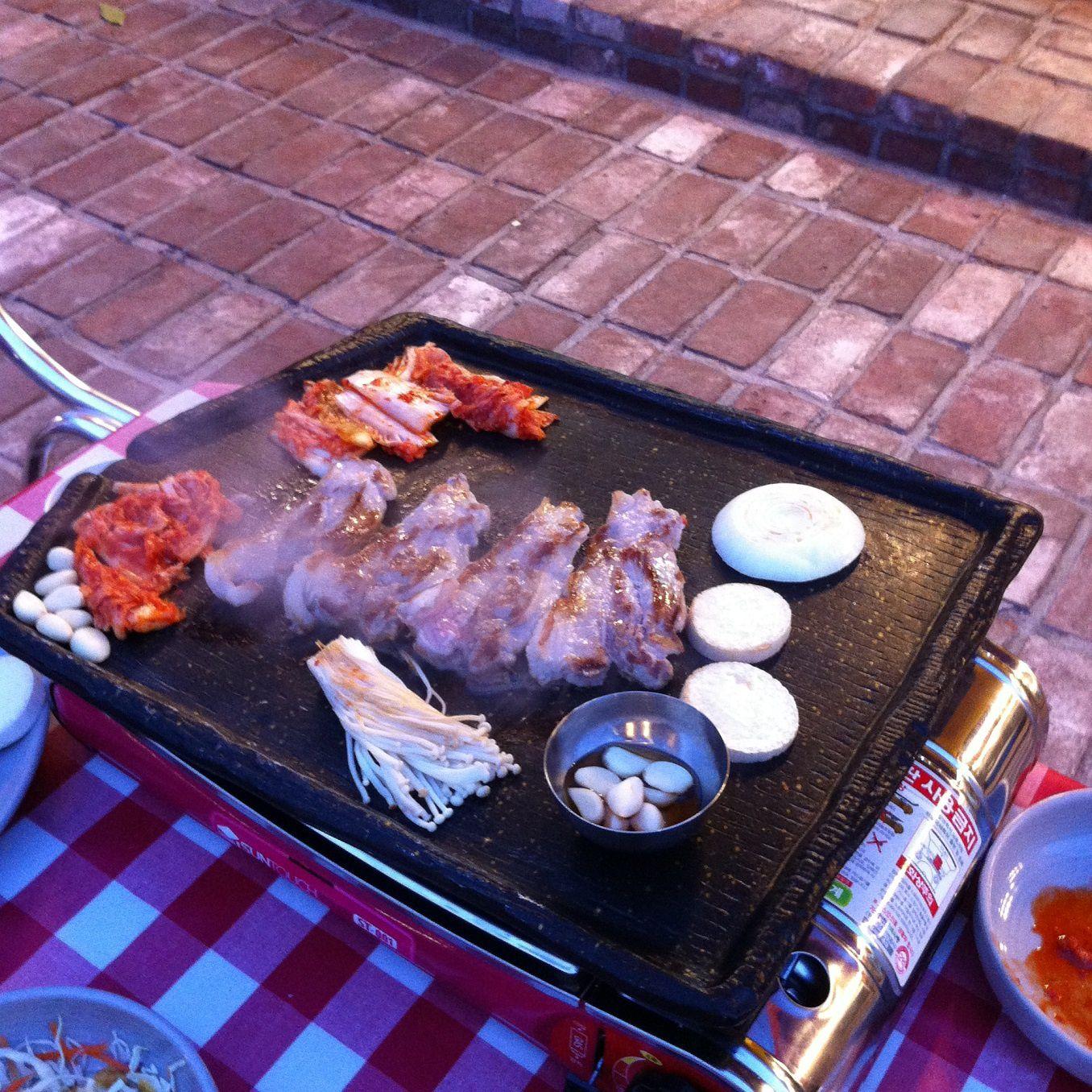 """Barbecue """"Secret Garden"""", dans une cour à Insa Dong, Séoul."""