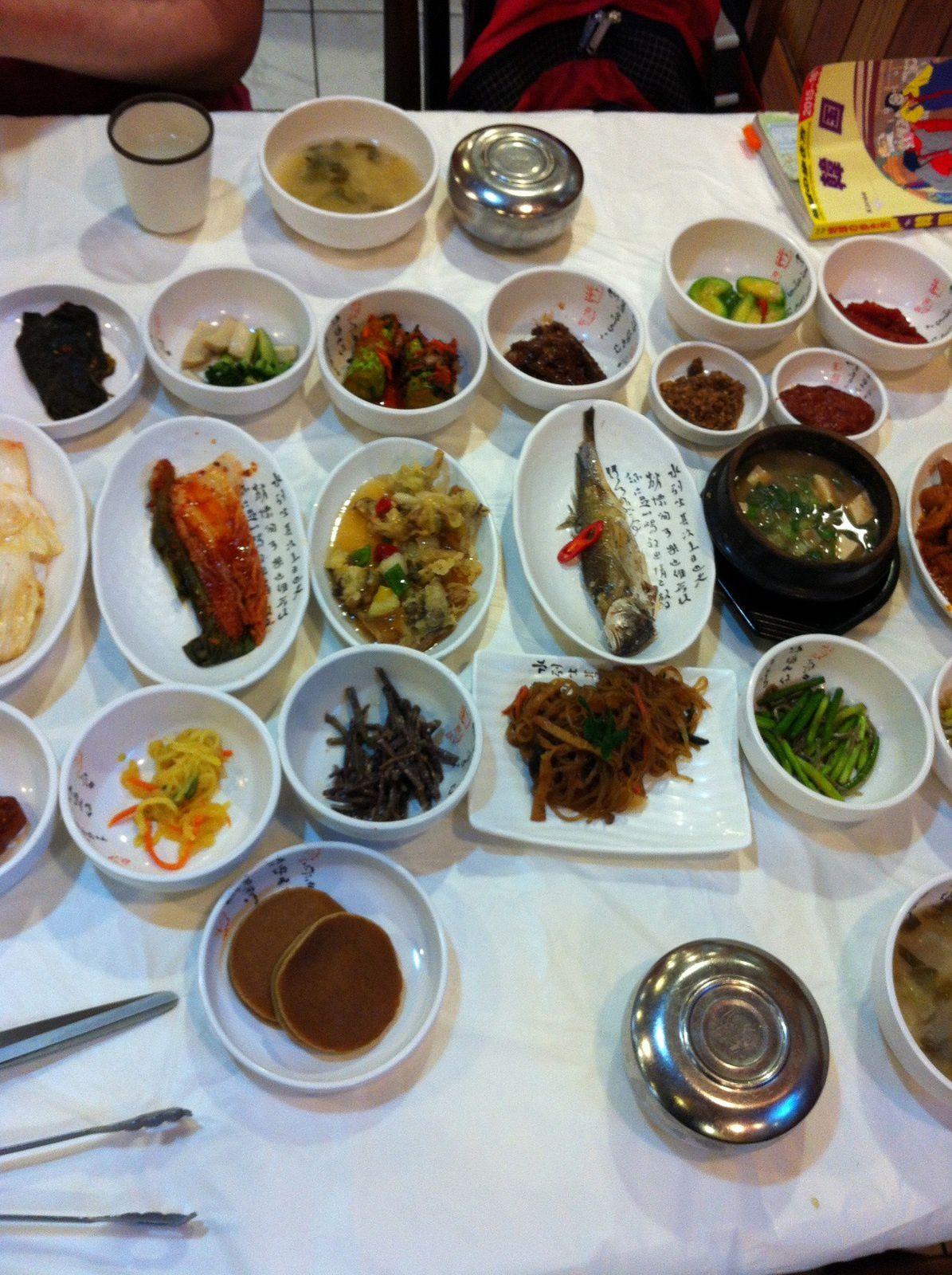 Table à la coréenne, avec tous ses petits plats d'accompagnement.