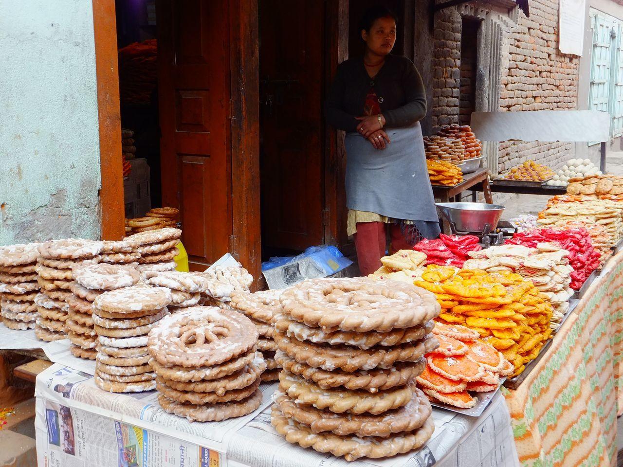 Dans les villages de Patan et Bhaktapur, quelques étals de rue proposent une multitude de gâteaux sucrés.