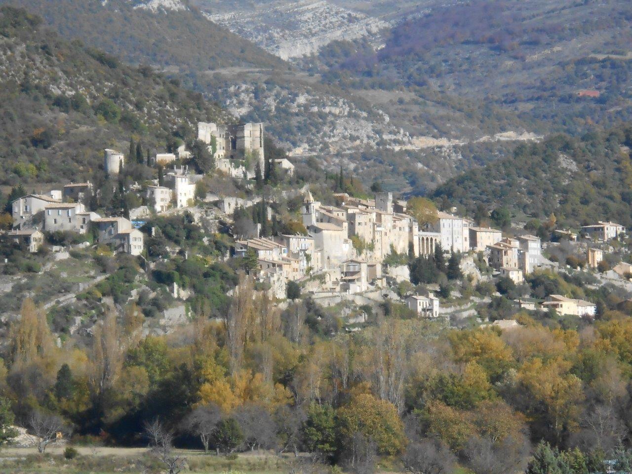 """La plaque de Cocher de Rheilanette face au """"plus beau village de France"""" Montbrun les Bains."""