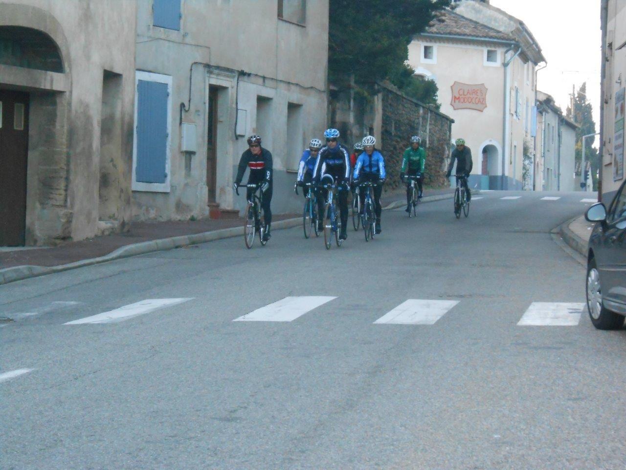 Voilà le groupe au passage étroit avec Patrick et Romain qui mènent déjà un bon rythme.