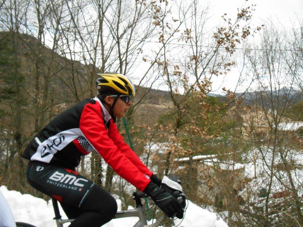 Grimpeur du 84 sur la petite route de Curnier entourée de neige.