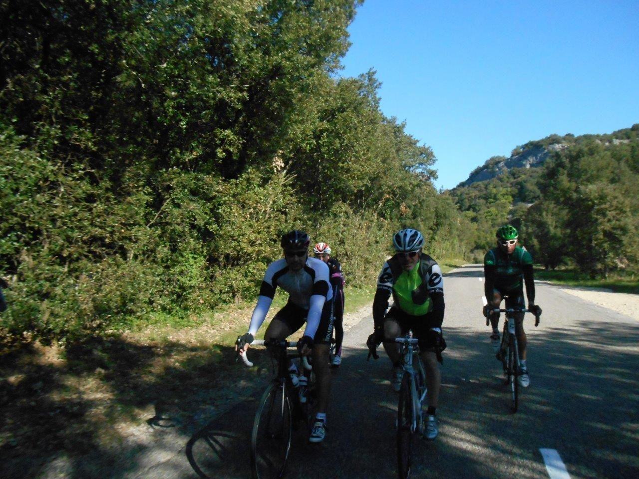 Le groupe en formation sportive dans la descente de la Vallée.
