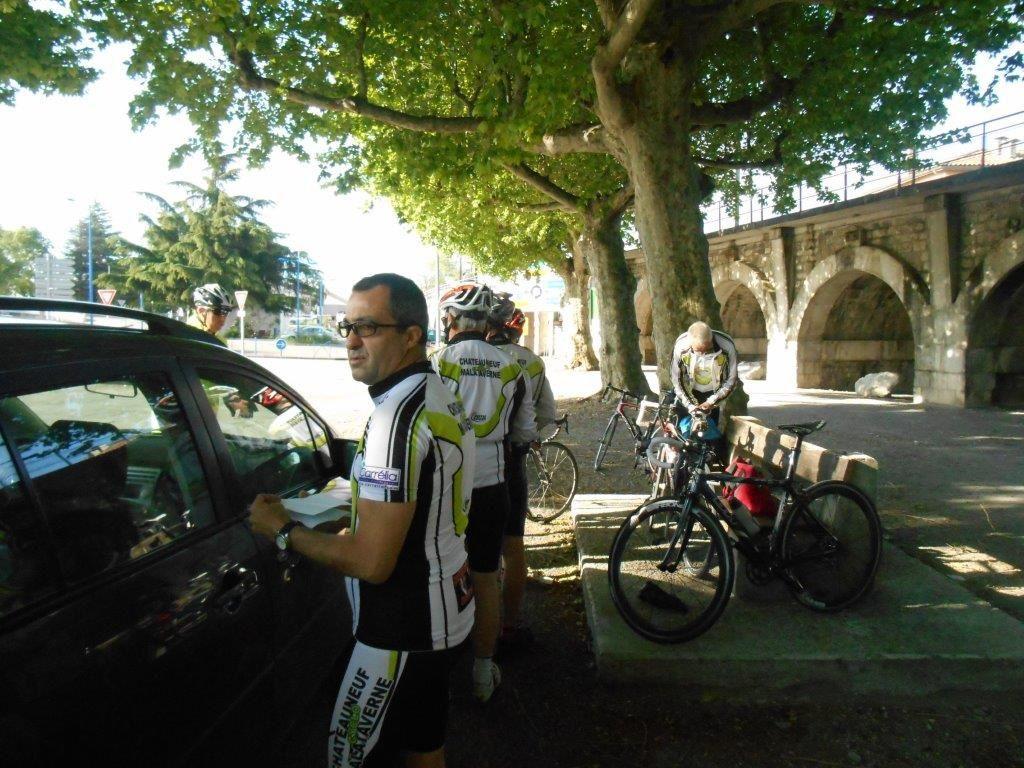 8h30 Le Pouzin : Pat le Colombien et Michel finissent les préparatifs.