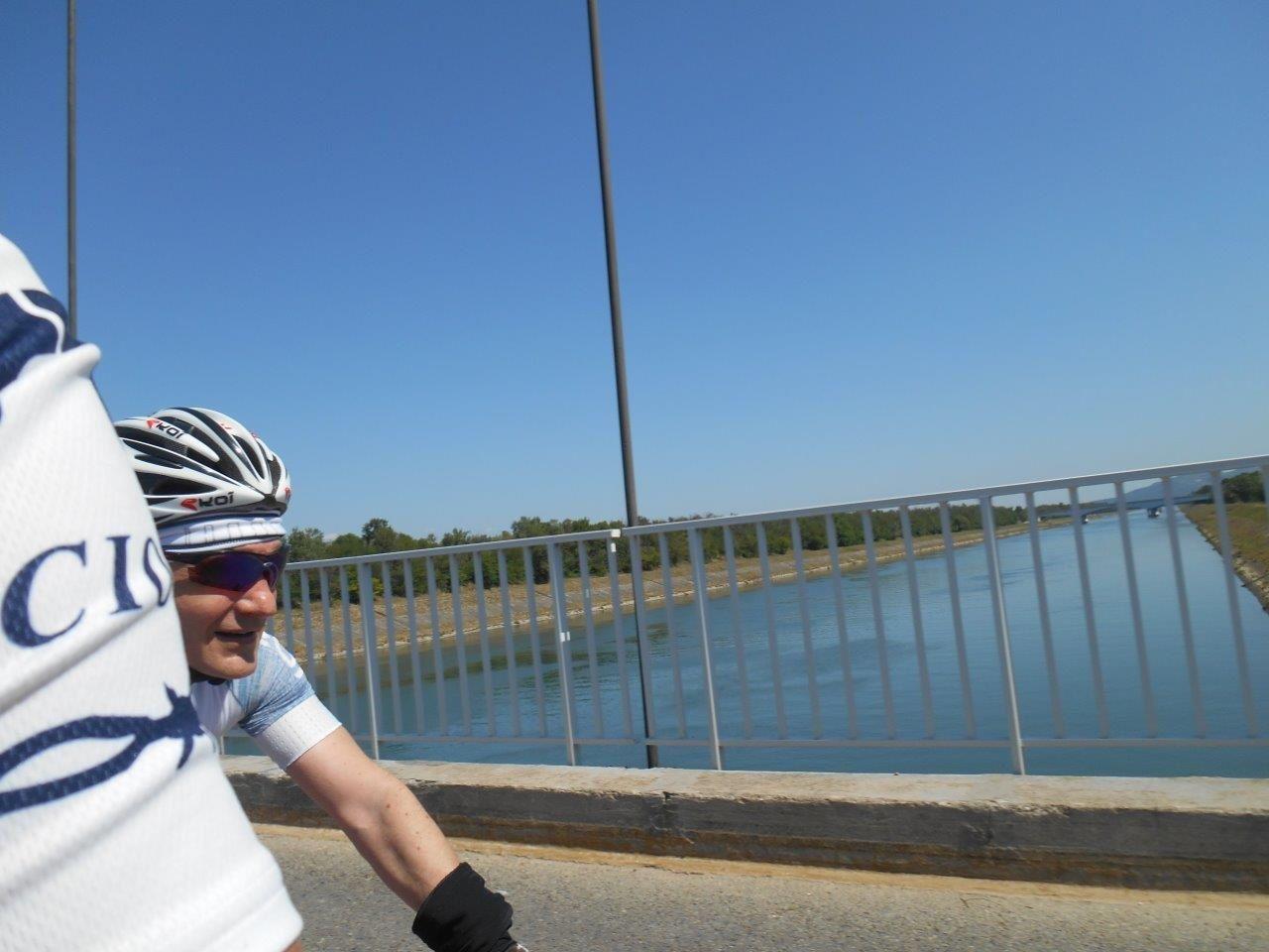 Passage des ponts : celui sur le Rhône et celui sur le canal à Mondragon.