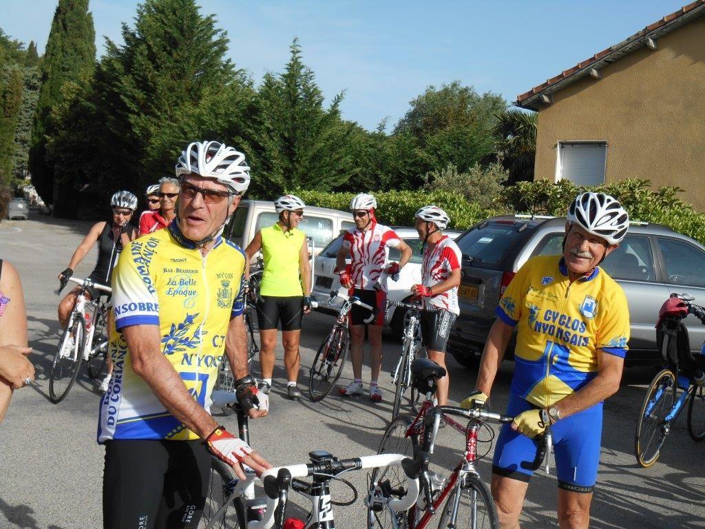 Claude et Pierrot, 2 animateurs du club, le monsieur à droite avec les moustaches fête ses 80 printemps, vive le vélo !!