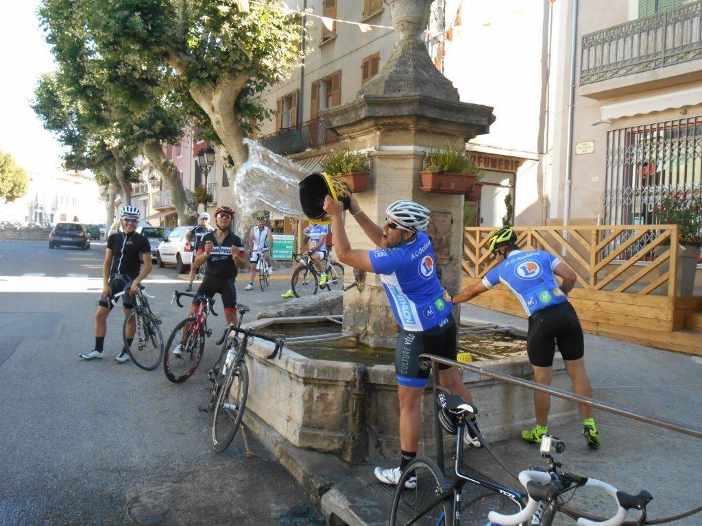 On est en Provence, le goudron fond et Sylvain est obligé de refroidir le bitume avec les moyens du bord.