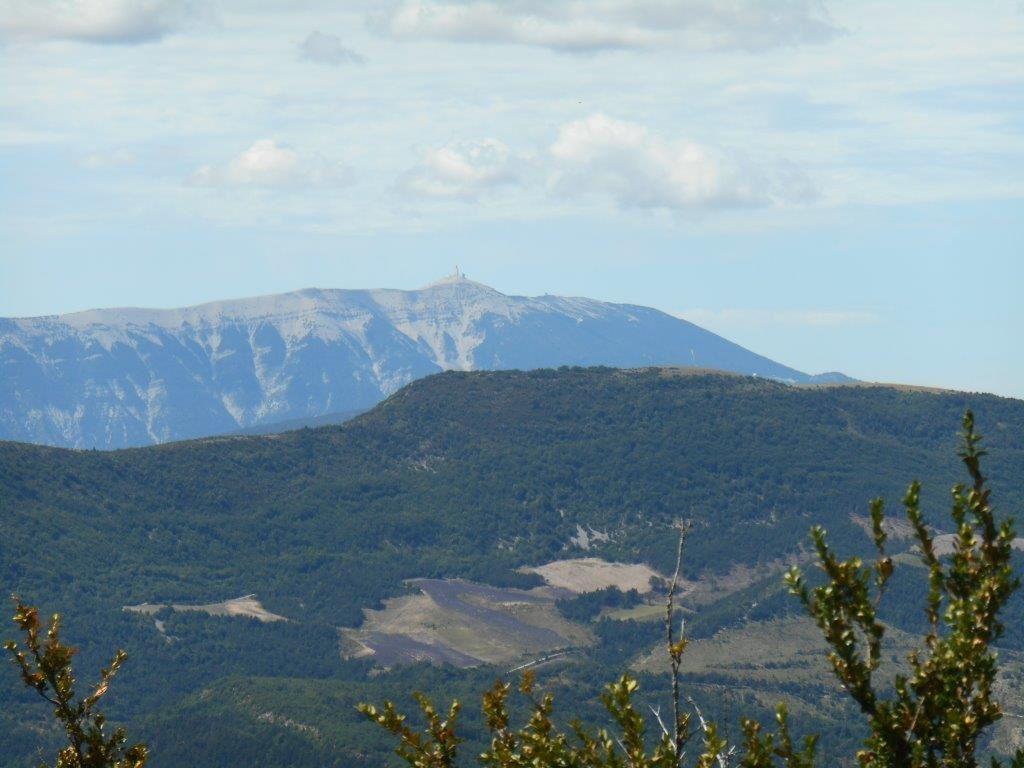 1- Le Ventoux face est. 2- Montagne d'Arsuc juste au-dessus du hameau de Ruissas.