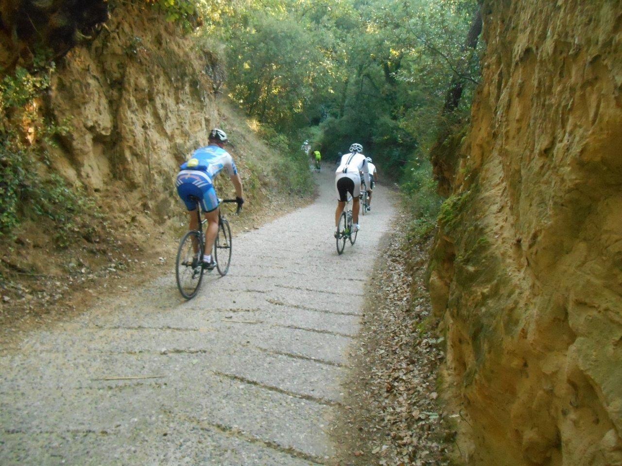 Passage bétonné ou chemins de vigne rien n'a été épargné aux vélos des Kékés...