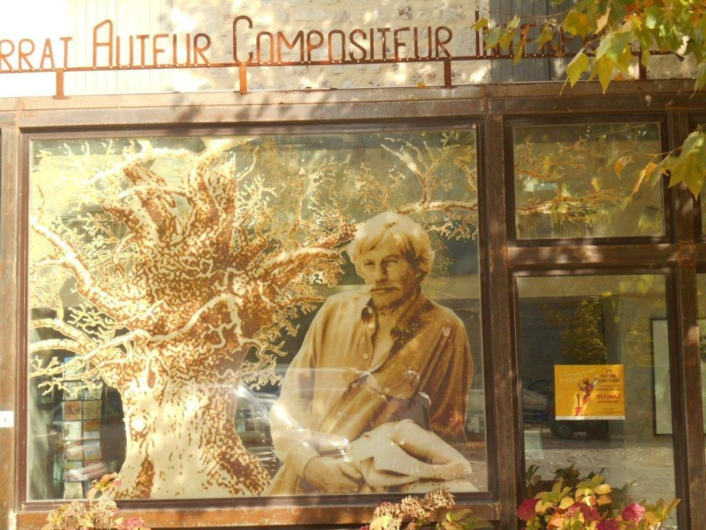 La belle image de Jean Ferrat sur la façade vitrée du musée retraçant sa carrière.