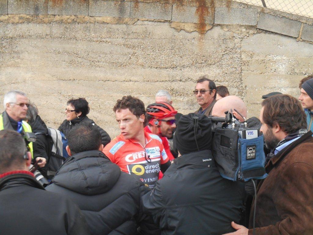 S. Chavanel très entouré et qui déjà répond aux journalistes sans avoir pu descendre du vélo...