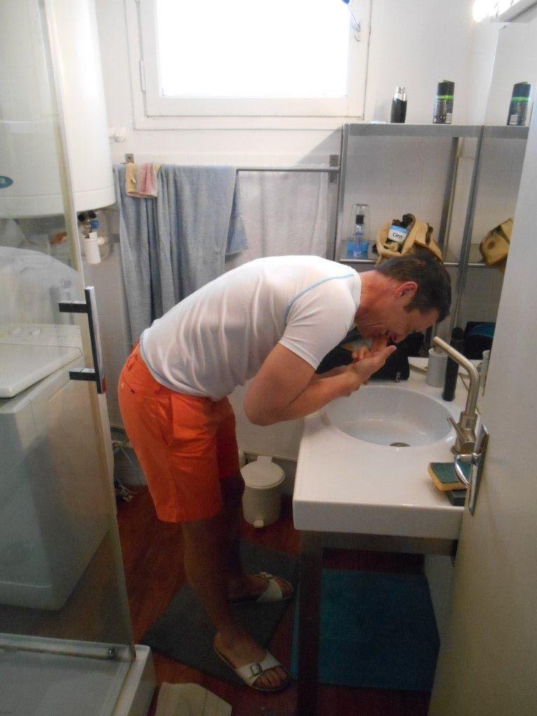 Photos Off : ben quoi vous avez jamais vu un gars se laver les dents sans brosse ? Bruno sors du fourgon !
