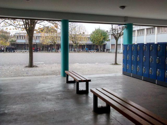 Salle de classe et préau