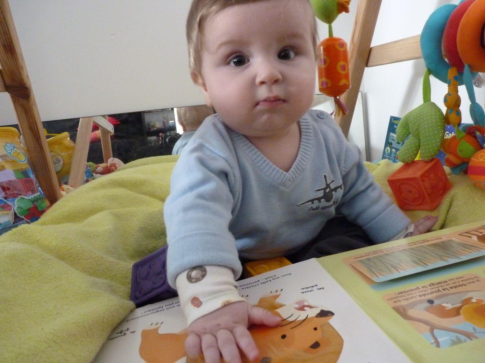 Gabriel assis sur son tapis