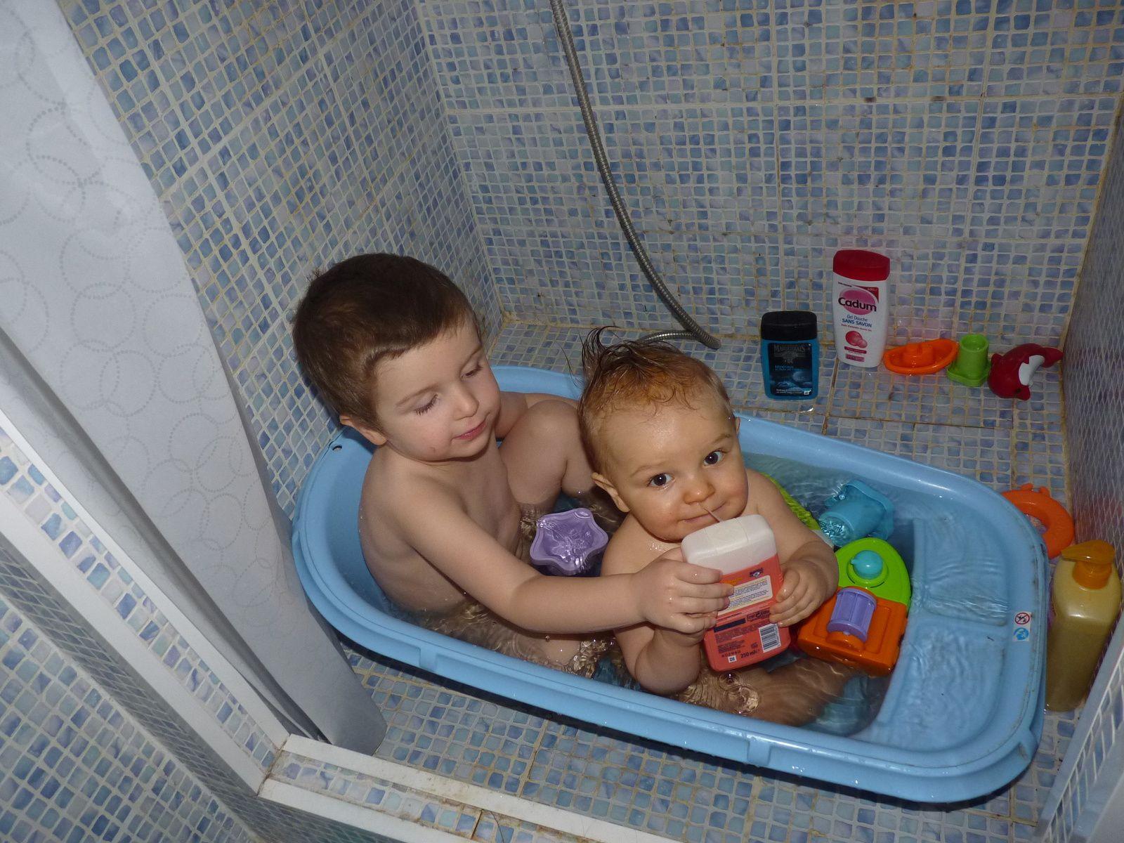 Le premier bain à deux boys