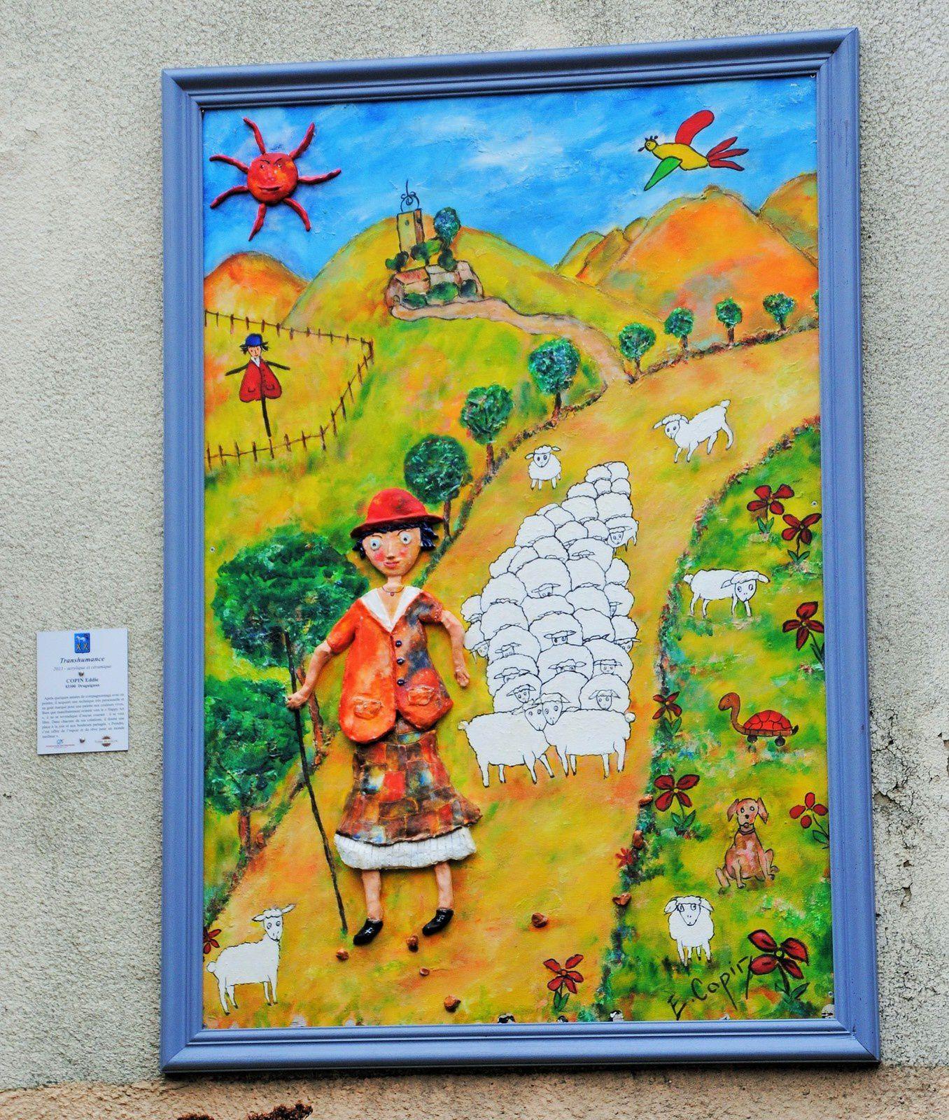 Tourrettes et ces maisons aux portes peintes par des artistes du pays de Fayence . LEglise du XI  ème siècle restaurée en 1546 et constituée d'une seule nef voutée et le passage sous son clocher