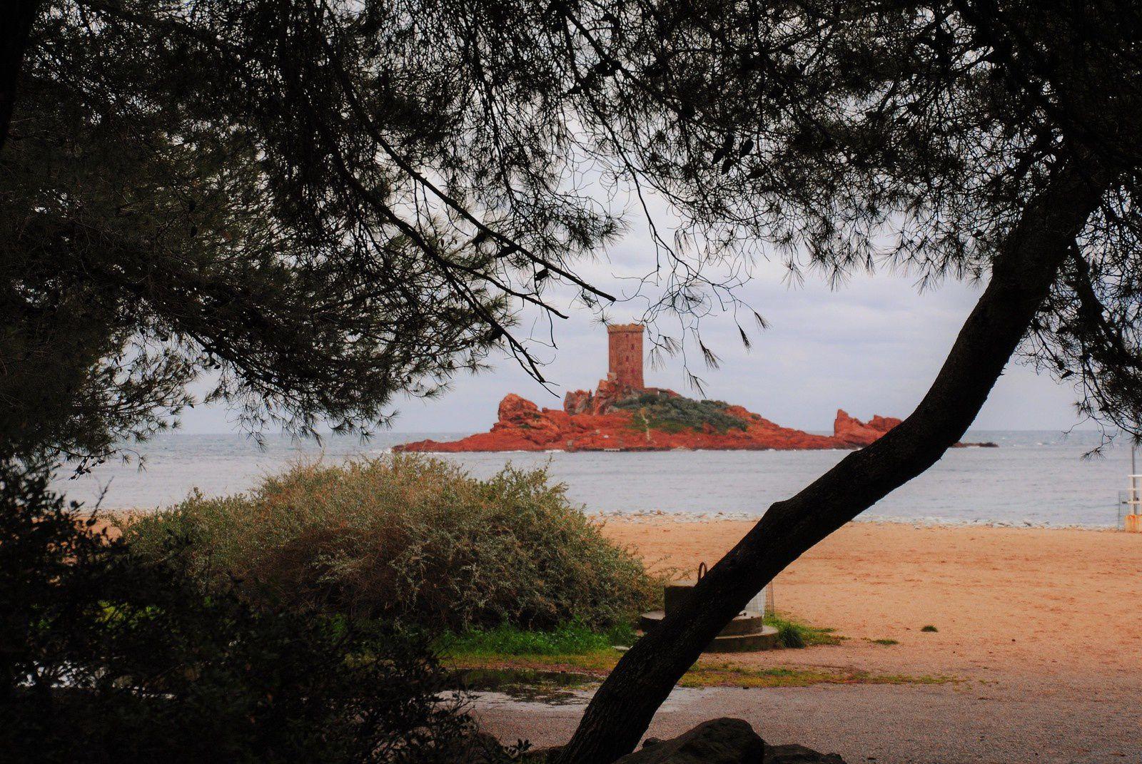 La Corniche d'Or Calanques et roches rouges .&quot&#x3B;Balade d'ici et d'ailleurs &quot&#x3B;