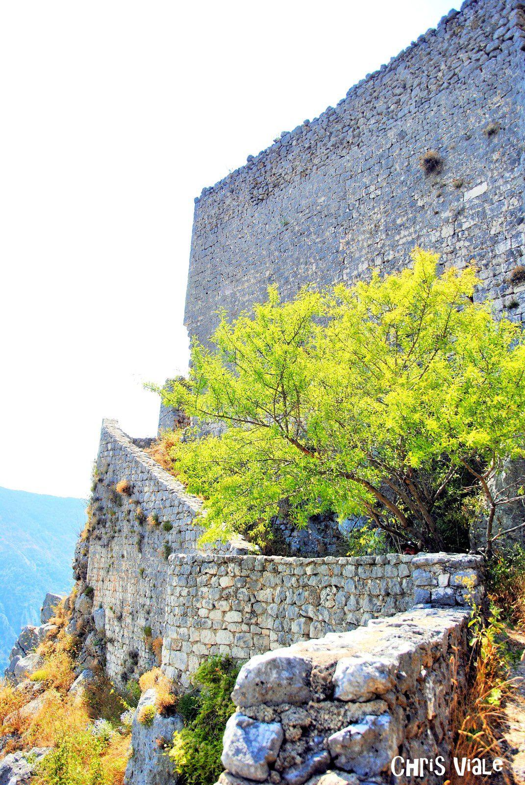 Hautes Gréolières et ses mystérieuses ruines. Balades d'ici et d'ailleurs