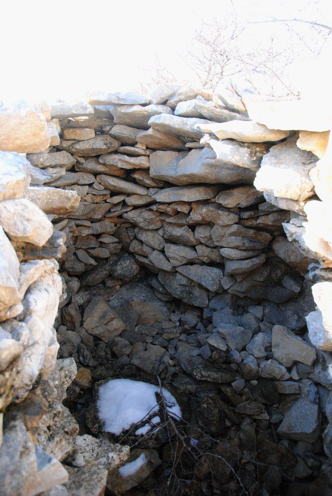 La Borie ogivale est la plus répandue, circulaire à la base,les murs s'élèvent en tas de charge pour finir en voûte .Une dalle couronne parfois le sommet .  .
