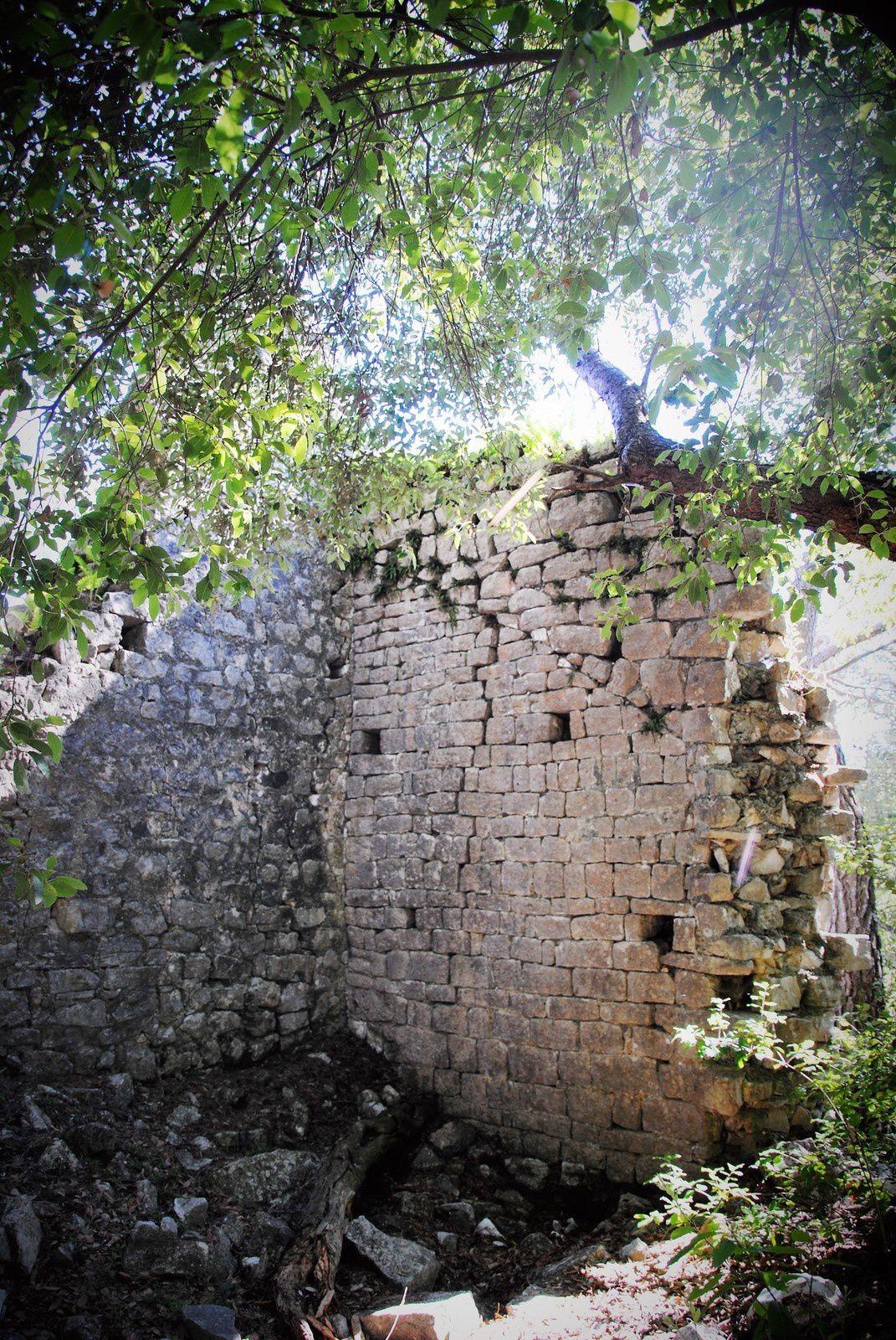 Ruines du Castellas de Roquefort les Pins . Balades d'ici et d'ailleurs