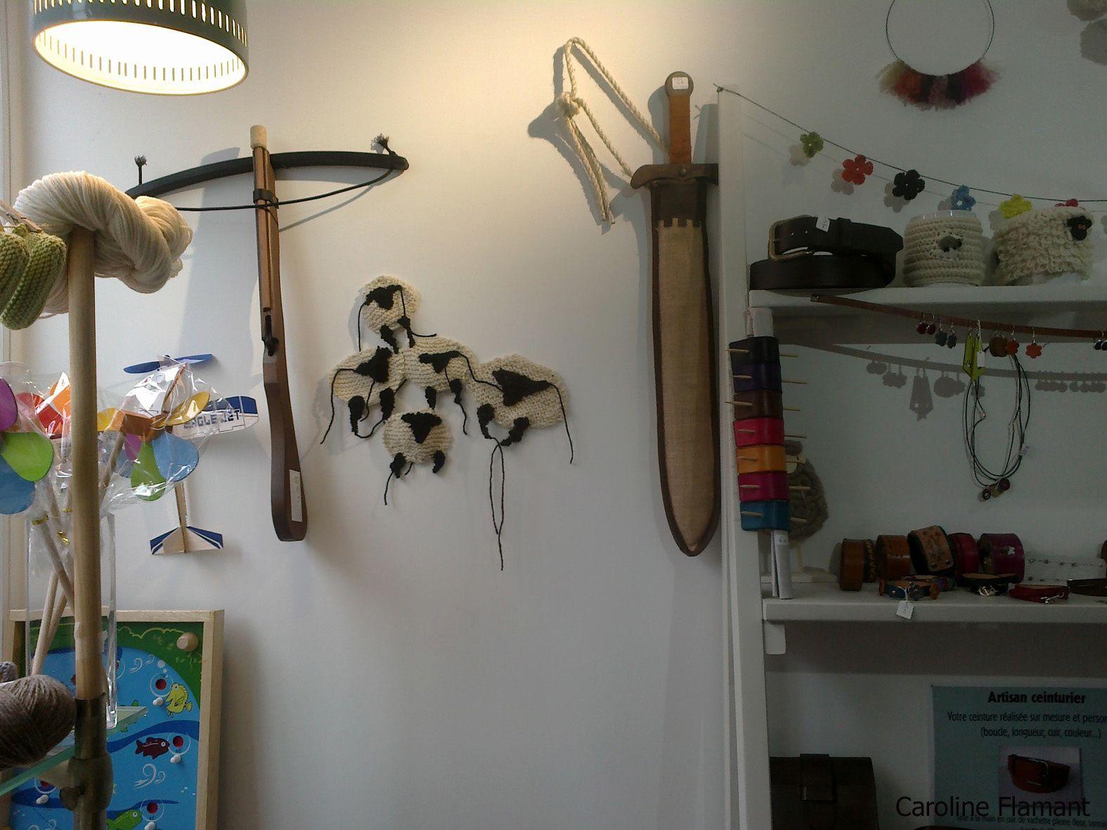 """Les moutons en cours de réalisation  puis installés sur un pan de mur du magasin """"Le Petit Grain"""" pour être vus !"""