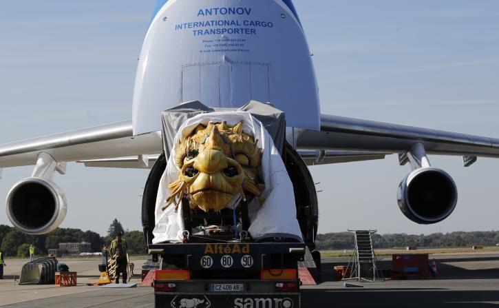 L'avion Antonov a atteri vendredi 26/09/14 à l'aéroport de Nantes-Atlantique. Il a embarqué le cheval-dragon conçu et construit par la compagnie La Machine. Long-Ma s'est s'envolé hier soir pour la Chine. Un convoi exceptionnel. L'oeuvre pèse 46 tonnes.