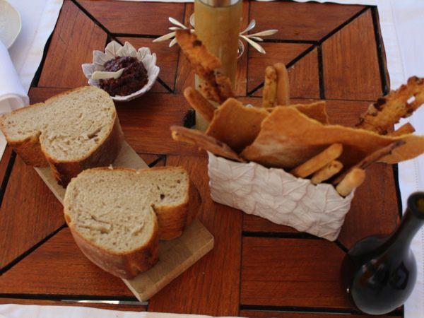 Repas printannier / Daube de poulpe / Risotto aux petits pois / Plateau de fromage de chèvres / Mignardises / Tarte aux pommes / Soufflé à la rhubarbe