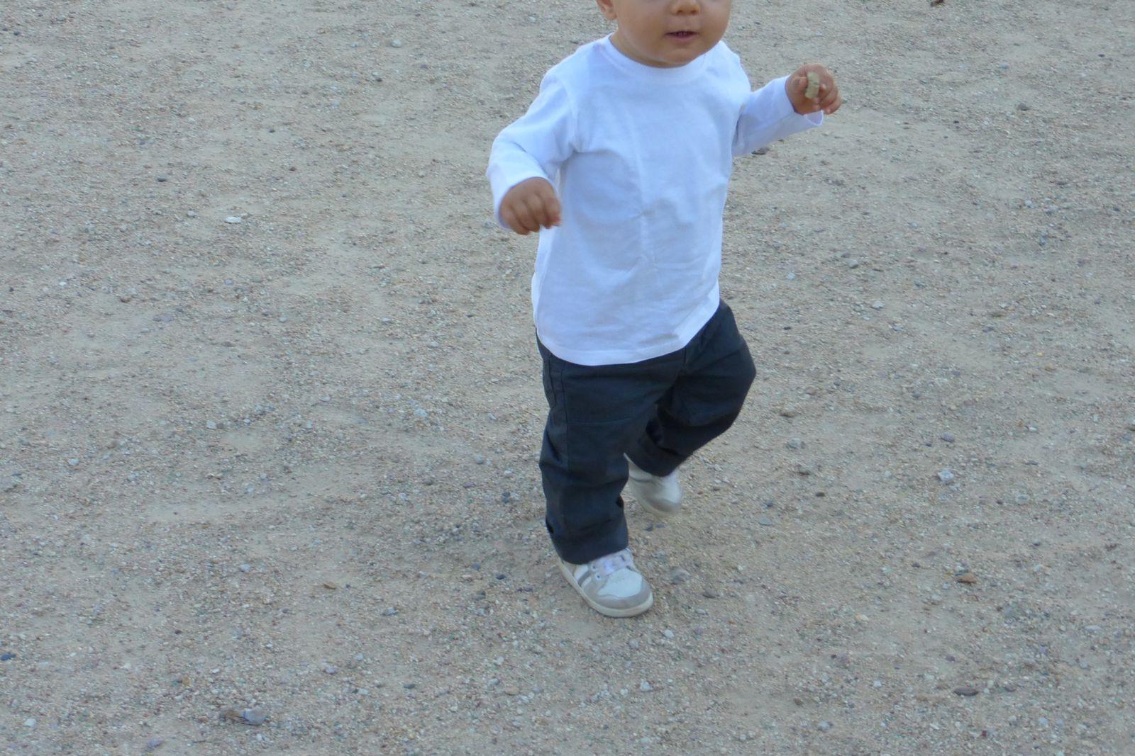 Tee-shirt blanc Zara Baby, pantalon marron Kimbaloo , chaussettes blanches Tape à l'œil, baskets Zara.