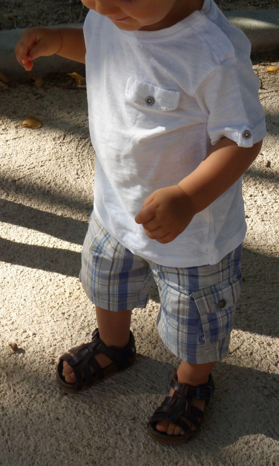 casquette H&M, tee-shirt Zara Baby, bermuda Vert Baudet, sandales La halle (il y a une boutique à côté de Calvi, et parfois,lorsque j'ai besoin rapidement d'une paire de chaussures j'y vais faire un tour).
