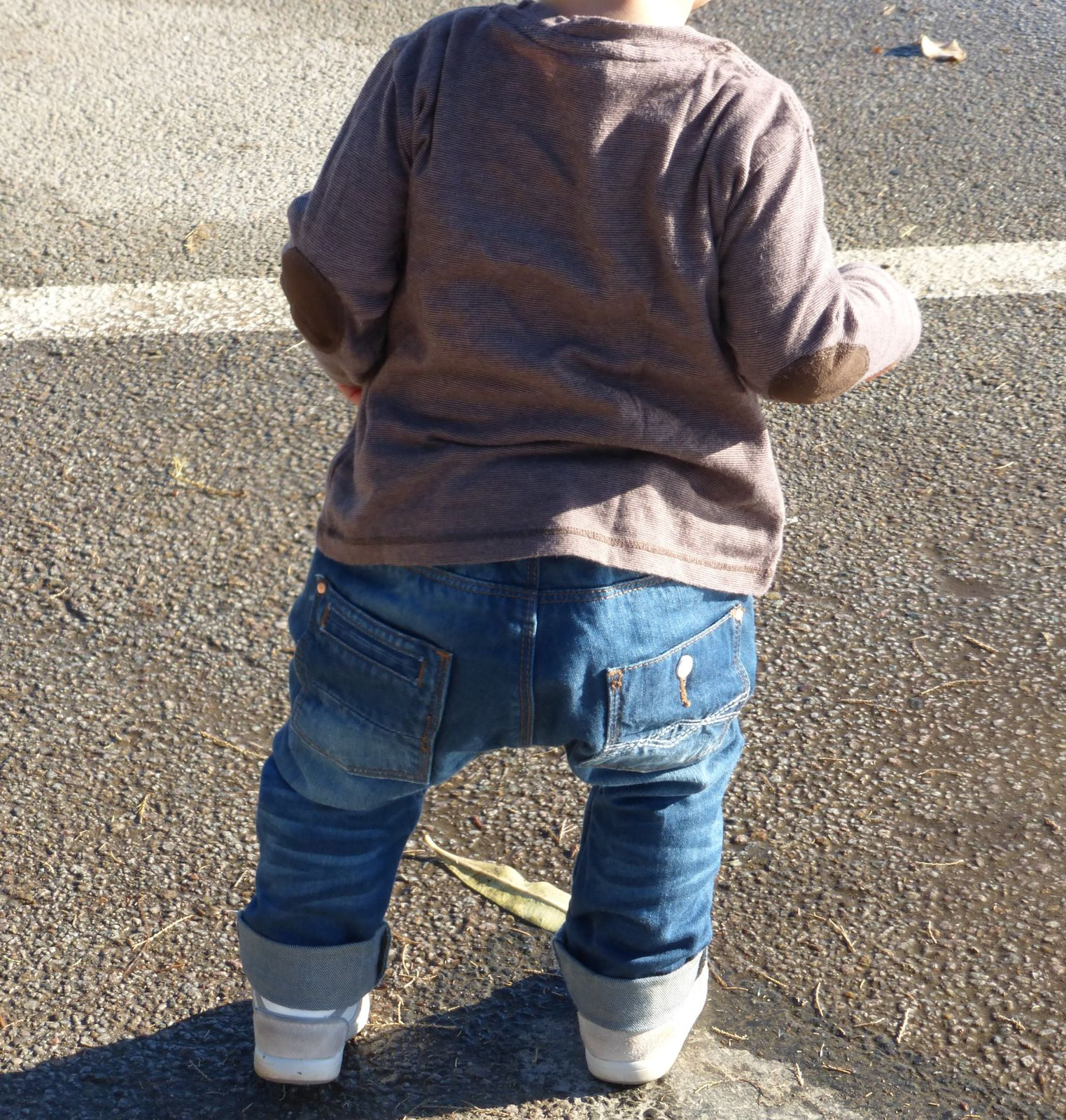Tee-shirt marron à coudières zara Baby, jean sarouel Zara Baby, baskets Zara. (n'apparaissent plus sur le site de zara)
