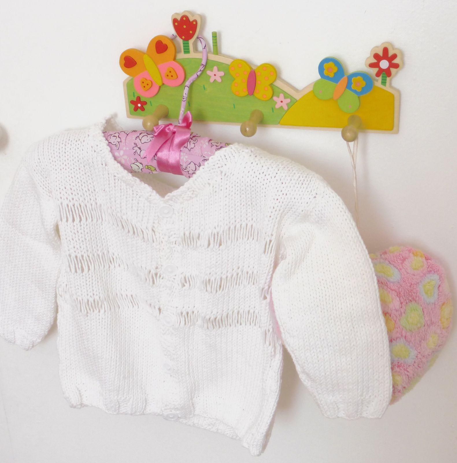 Gilet tricoté par mes soins pour ma fille, porte manteau Ikéa, cintre NaRaYa marque thaïlandaise je suppose introuvable en France (cadeau de tonton) (pour ceux que ça intéressent, on trouve tout de même des objets de cette marque sur ebay).