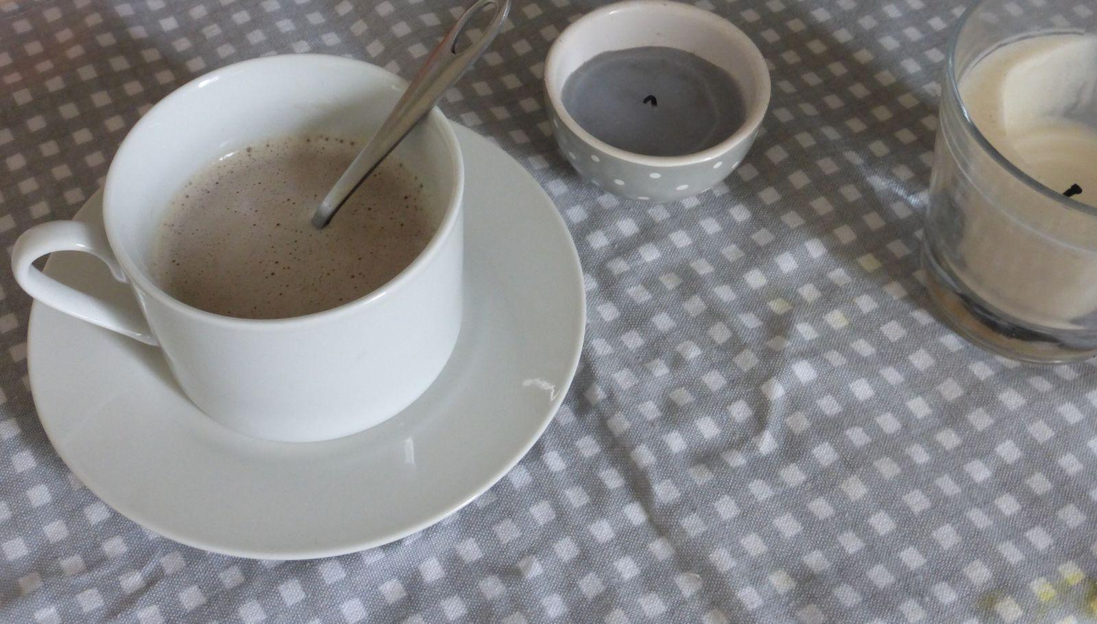 Lorsque les enfants sont couchés pour la sieste, mon petit plaisir ici un cappuccino, souvent c'est un thé, que je peux savourer tranquille...