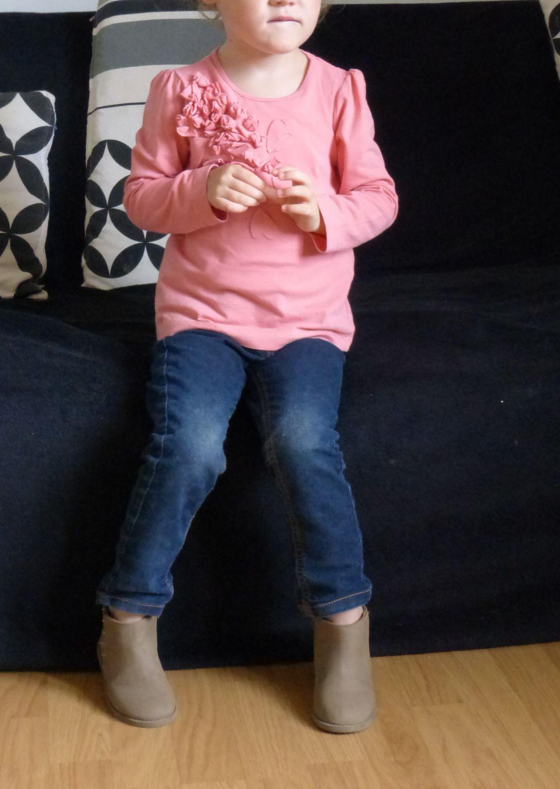 Tee-shirt rose Zara Kids, jean brut Tape à l'oeil, boots grises à clous Zara.