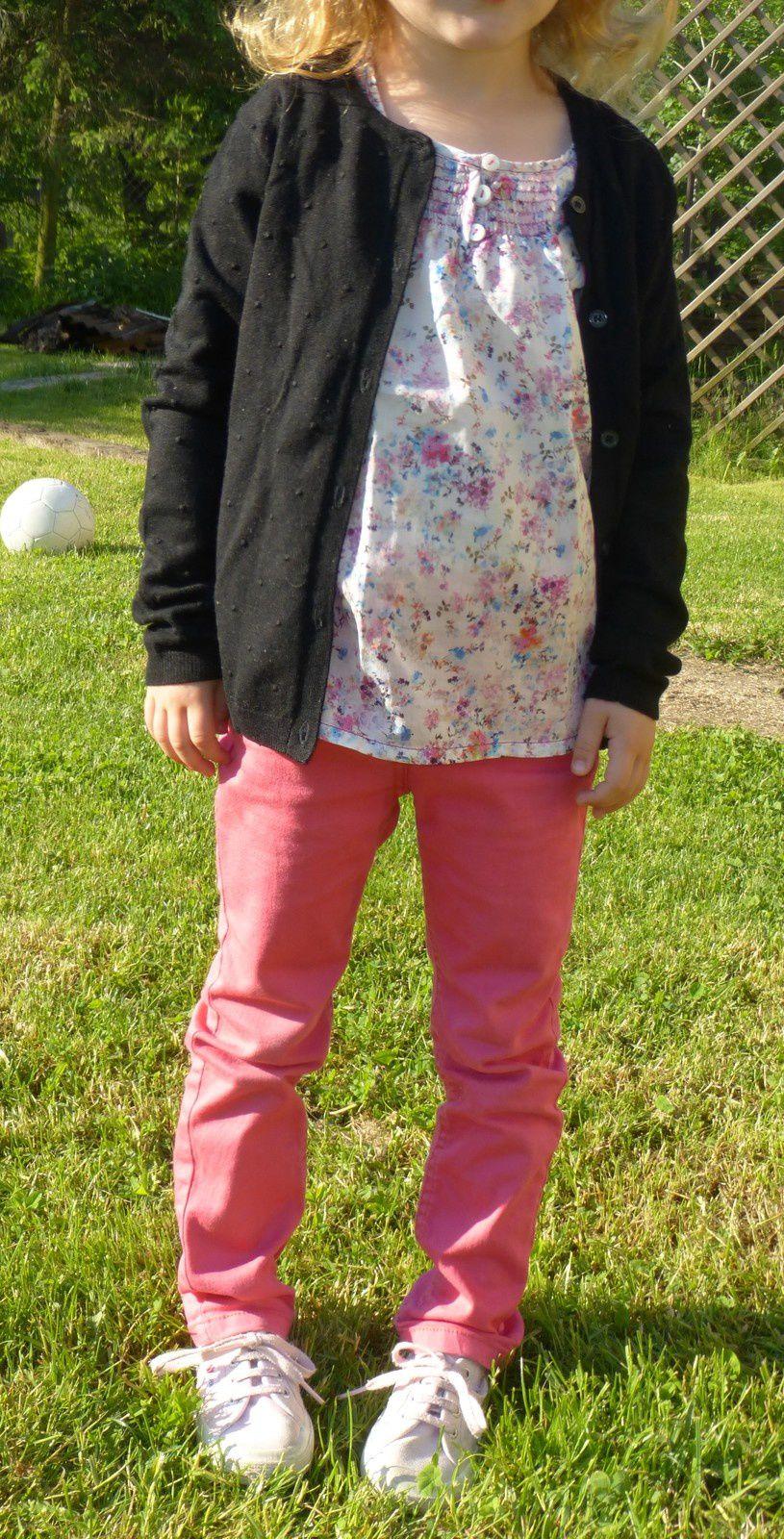 Blouse fleurie Zara Kids, pantalon rose Tape à l'oeil, gilet noir Mango Kids, Baskets rose Superga.