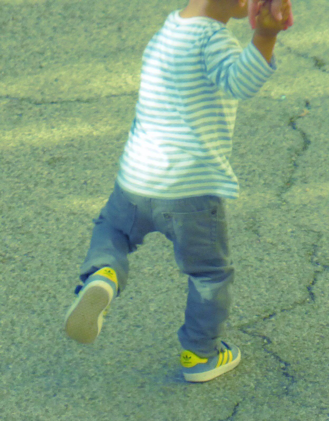 Simon porte un tee shirt Zara Baby, un pantalon In Extenso (Auchan) et des baskets gazelles d'adidas