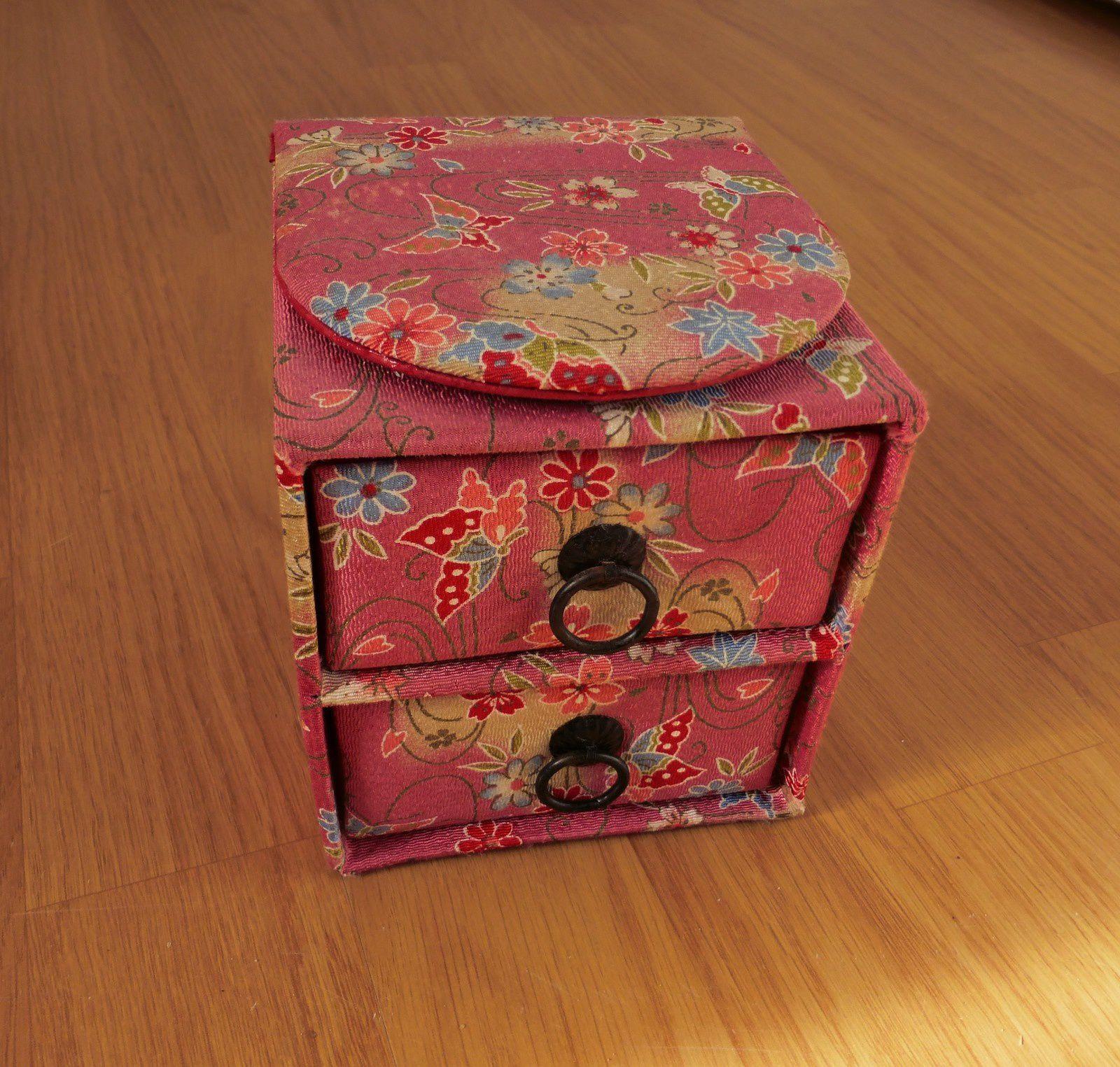 Une boîte à bijoux qu'on m'a offert au Japon, maintenant Alice s'en sert pour ses bijoux!