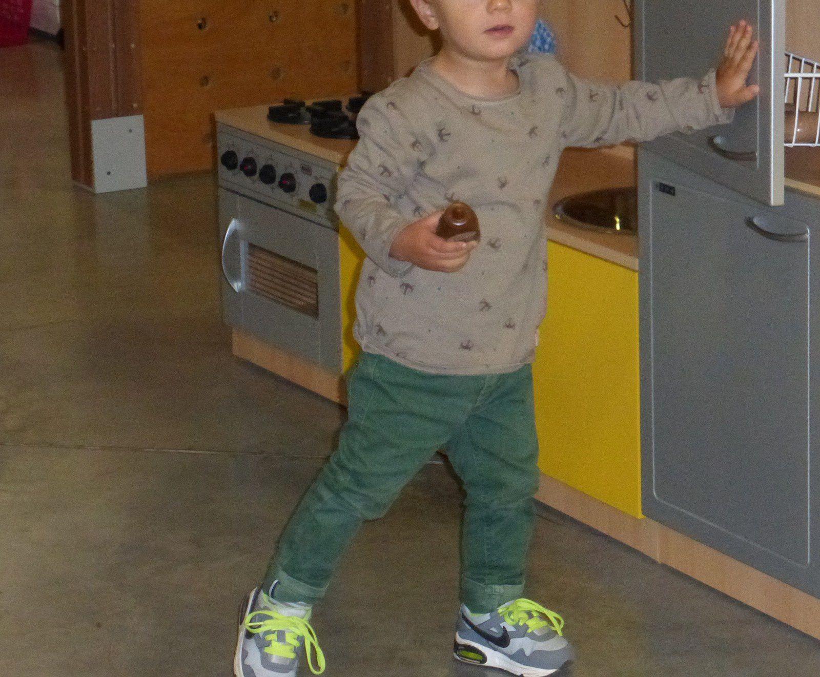 Simon porte un tee-shirt Zara Baby, un jean Tape à l'oeil et des baskets Nike Air Max.