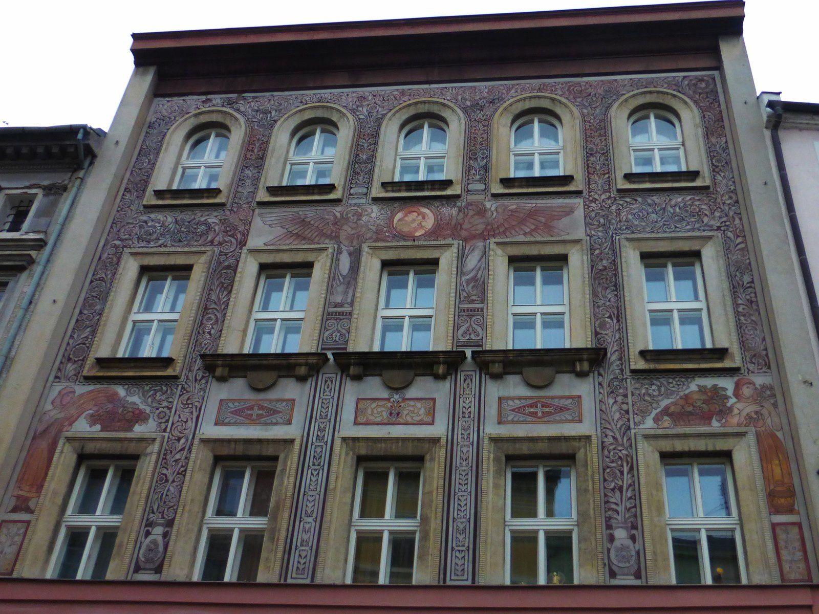 Nous avons passé une journée en amoureux à Olomouc où il faisait très froid!!!! On a vu de bien jolies façades, un manège qui aurait sans doute plu aux enfants, j'ai pris la pose devant l'horloge de la ville et on a dégusté un bon cappuccino pour se réchauffer!!!