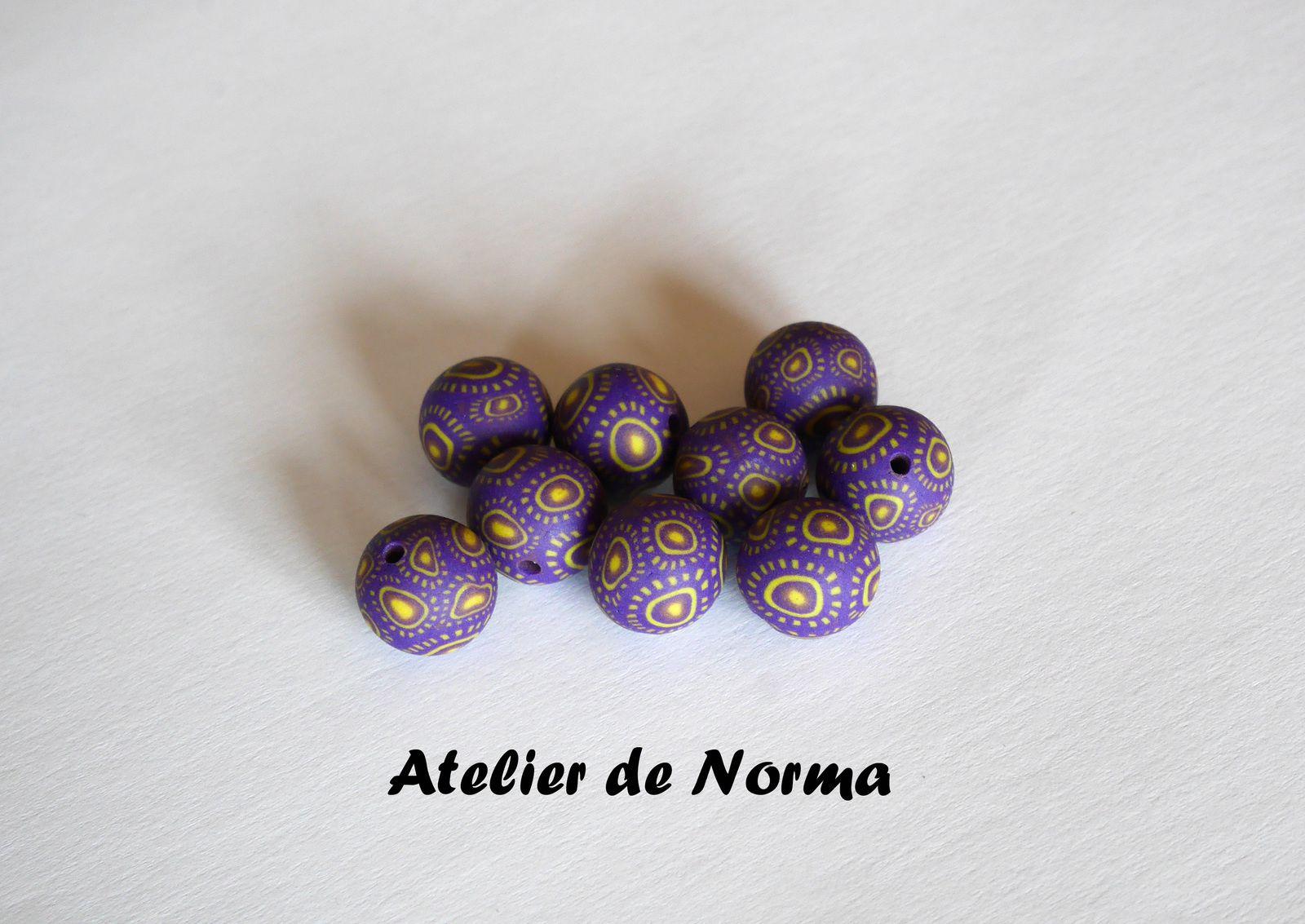 Perles violettes et jaunes