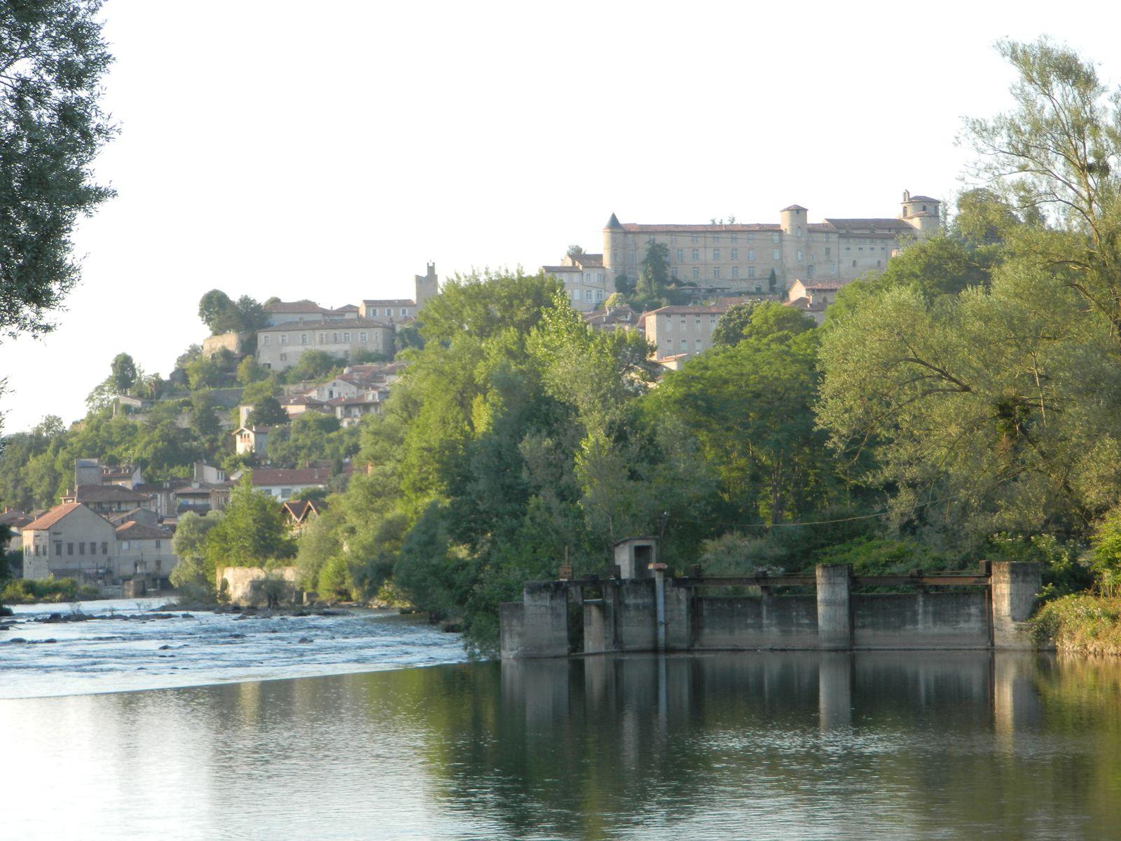 St Lizier - on aperçoit  tout en haut le Palais des Evêques
