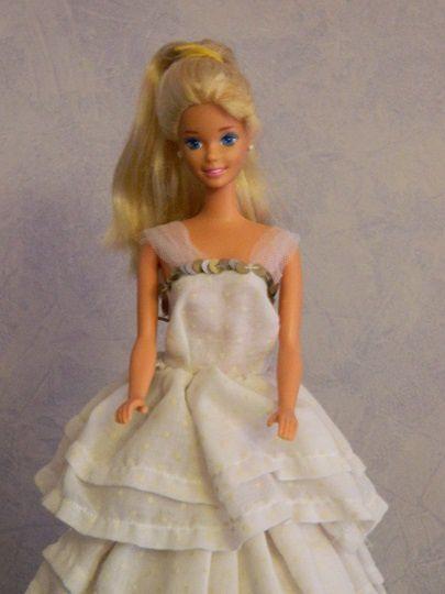 et enfin la robe de mariée tout en plumetis blanc avec plein de volants .......