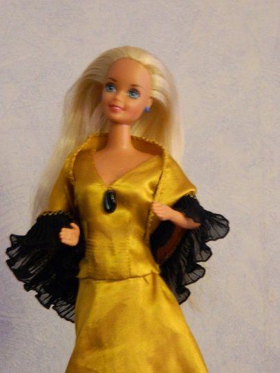 On commence par une robe style espagnol avec des volants, faite en satin. Les photos ne la mettent pas bien en valeur