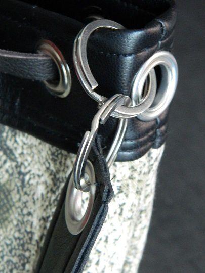 les oeillets et anneaux de chaque côté du sac .........