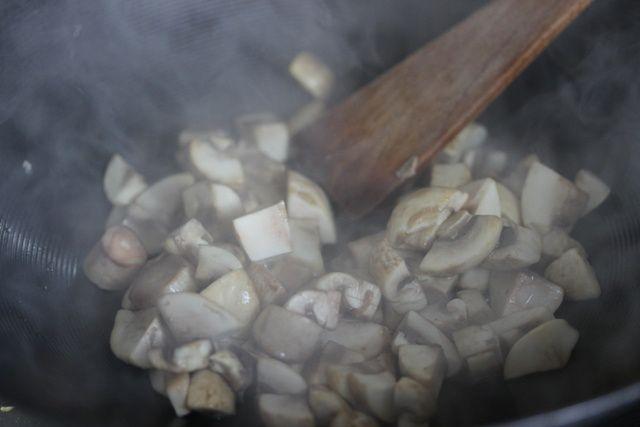 Spaghetti aux poireaux, aux champignons et à l'huile de truffe